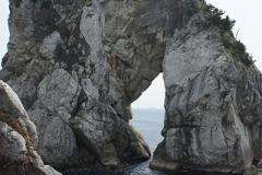 岩の間に船が見えていました