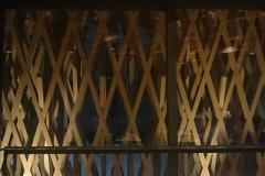 木の組み方に興味津々