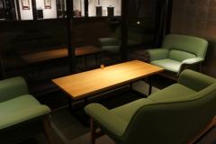 カフェ席はゆったりソファもあります