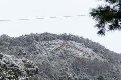 雪をかぶった左大文字