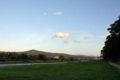 晴天の中、きれいな月を発見