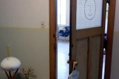 かわいいスマイルイラストが描かれたドア