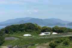 丘の上から見た豊島美術館
