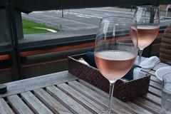 ほんのりピンクなワインとコロッケ