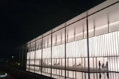 新館のシャープなデザイン